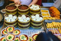 Exotische snacks en desserts, Peking, China stock afbeelding