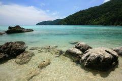 Exotische Szene der natürlichen Felsen und des transparenten Meeres Lizenzfreie Stockfotografie