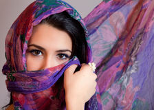 Exotische verschleierte junge Frau Lizenzfreie Stockfotos