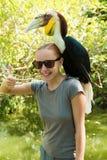 Exotische vogel op de schouder van een vrouw Stock Afbeelding