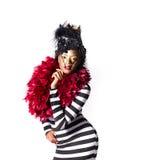 Exotische vrouw die rode veren in de vorm van een hart dragen Royalty-vrije Stock Foto