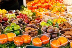 Exotische vruchten bij de markt Stock Foto