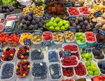 Exotische vruchten en bessen op teller Stock Afbeeldingen