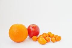 Exotische vruchten kumquat met sinaasappel en bloed Siciliaanse sinaasappel is Stock Afbeeldingen