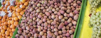 Exotische vruchten Marktkraam met verscheidenheid van organische vruchten Kleurrijke vruchten in de markt Heldere de zomerachterg royalty-vrije stock afbeeldingen