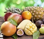 Exotische vruchten op een houten lijst. royalty-vrije stock afbeelding