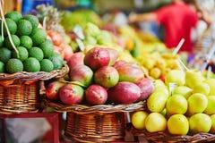 Exotische vruchten op landbouwersmarkt in Funchal, Madera, Portugal stock foto's