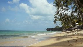 Exotische zandige strand en palm op overzeese kust bij zonnige dag De tropische idyllische achtergrond van de eilandvakantie met  stock video