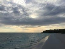 Exotischer einsamer Strand bei Sonnenuntergang Lizenzfreie Stockbilder