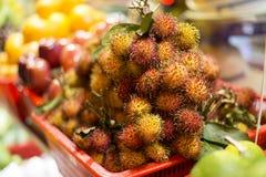 Exotischer Frucht Rambutan im Korb Lizenzfreies Stockfoto