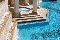 Exotischer Luxusswimmingpool und heiße Wannen-Zusammenfassung Stockbilder