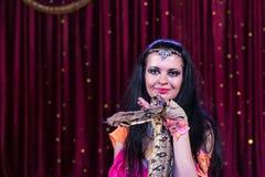 Exotischer Schlangenbeschwörer Holding Large Snake auf Stadium lizenzfreie stockfotos