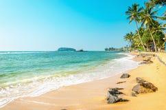 Exotischer Strand mit goldenem Sand, Karibikinseln Lizenzfreies Stockfoto