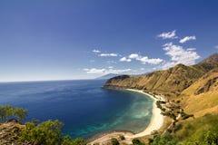 Exotischer Strand und tiefes blaues Meer Stockbild