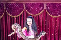 Exotischer Tänzer Holding Large Snake auf Stadium lizenzfreie stockbilder