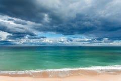Exotischer tropischer Strand, goldener Sand und schöne Wolken Stockbild