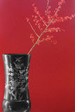 Exotischer Vase mit roten Beeren lizenzfreie stockfotos