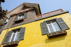 Exotisches Haus mit gelber Oberfläche am sonnigen Wintermittag Stockfotografie