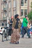 Exotisches moslemisches Mädchen auf dem Verdammungs-Quadrat, Amsterdam, die Niederlande Stockfotos