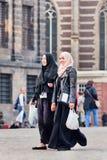 Exotisches moslemisches Mädchen auf dem Verdammungs-Quadrat, Amsterdam, die Niederlande Lizenzfreies Stockfoto