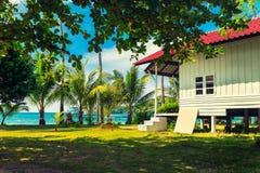 Exotisches tropisches Paradies über Wasser-Bungalow-Crystal Clear Turquoise Blue Ocean-Meerwasser Serene Secluded stockfotos