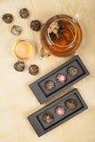 Exotisk exponeringsglastekanna för grönt te arkivbilder