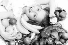 Exotisk frukt eller sommarbakgrund med den lilla lyckliga flickan som är säsongsbetonad, säsong, höst Arkivbild