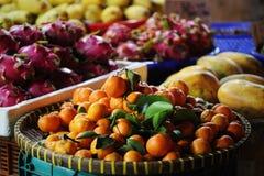 Exotisk frukt för drake för fruktmarknad, mandarin, papaya royaltyfria foton
