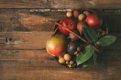Exotisk frukt i en korg royaltyfri fotografi