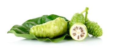 Exotisk frukt - Noni som isoleras på den vita bakgrunden fotografering för bildbyråer