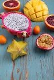 Exotisk fruktmango, passionfrukt, carambola, apelsin, kumquat, drakefrukt Royaltyfri Fotografi