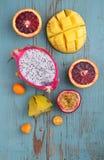 Exotisk fruktmango, passionfrukt, carambola, apelsin, kumquat, drakefrukt Arkivfoto