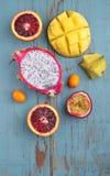 Exotisk fruktmango, passionfrukt, carambola, apelsin, kumquat, drakefrukt Royaltyfria Foton