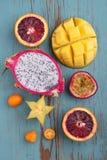 Exotisk fruktmango, passionfrukt, carambola, apelsin, kumquat, drakefrukt Royaltyfri Bild