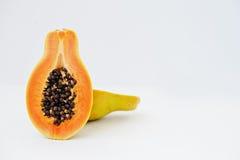Exotisk fruktpapaya eller papaw som isoleras på vit bakgrund Royaltyfri Fotografi