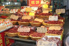 Exotisk kinesisk mat i en shoppa på marknaden, Kina Royaltyfri Bild