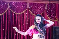 Exotisk magdansös med den stora ormen på etapp Fotografering för Bildbyråer
