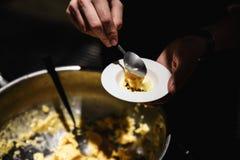 Exotisk mat degustateds på en lyxig företags matställehändelse - kall sorbet royaltyfri fotografi