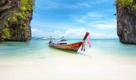 Exotisk strand i Thailand Bakgrund för Asien loppdestinationer royaltyfri foto