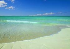 Exotisk strand mot blå himmel, azurvatten, guld- sand Royaltyfria Bilder