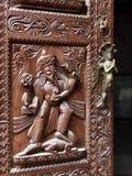 Exotisk träskulpturdetalj Upclose med det härliga handtaget för metallsjöjungfrudörr Fotografering för Bildbyråer