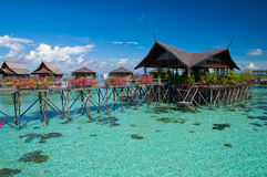 Exotisk tropisk semesterort i mitten av hav Arkivbilder