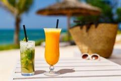 Exotiska coctailar på stranden arkivfoton