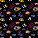 Exotiska fiskar, havskoraller Sömlös bakgrund för neonbelysning vattenfärg Arkivfoton