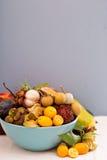 Exotiska frukter i en bunke Arkivfoton