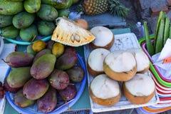 Exotiska frukter i gatamarknaden arkivfoto
