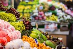 Exotiska frukter i marknaden Royaltyfri Foto