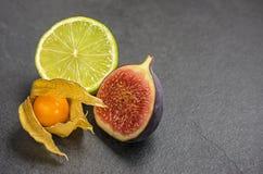 Exotiska frukter kritiserar på plattan Arkivbilder