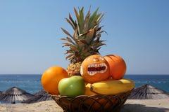 Exotiska frukter mot tropisk strand Arkivbild