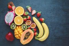Exotiska frukter på en svart bakgrund Fotografering för Bildbyråer